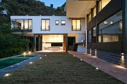 Casa La Lagartija: Jardines de estilo moderno por alexandro velázquez