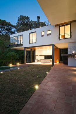 Casa La Lagartija: Casas de estilo moderno por alexandro velázquez