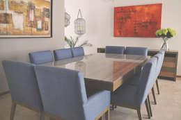 Comedor con cubierta de marmol, base y sillas en madera de roble: Comedor de estilo  por CuboB Arquitectura de Interiores