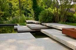 Modern amfitheater op oude stuwwal: moderne Tuin door Jaap Sterk Hoveniers