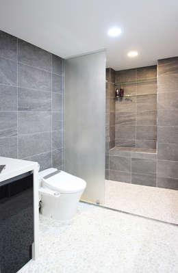 유니크&컬러풀 인테리어의 완성!: 필립인테리어의  화장실