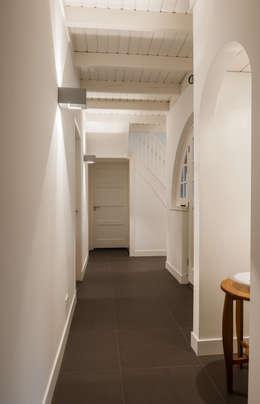 Projekty,  Korytarz, przedpokój zaprojektowane przez Maas Architecten