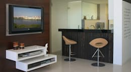 (2006)Apartamento Península: Salas multimídia modernas por Escritório Ana Meirelles