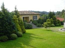 Jardim estilo inglês em Cotia : Jardins clássicos por REJANE HEIDEN PAISAGISMO