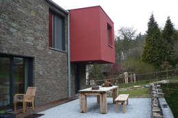 Steinhaus über dem Rheintal: moderne Häuser von Noesser Padberg Architekten GmbH