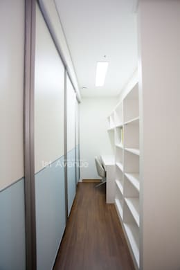 시원한 블루가 포인트 되어주는 인테리어: 퍼스트애비뉴의  침실