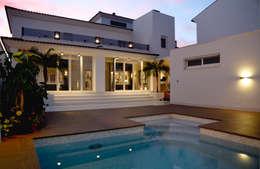 modern Pool by SENZA ESPACIOS