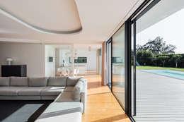 غرفة المعيشة تنفيذ Raulino Silva Arquitecto Unip. Lda