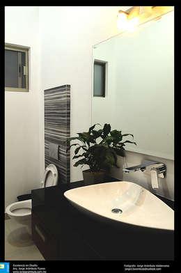 medio baño: Baños de estilo  por Excelencia en Diseño
