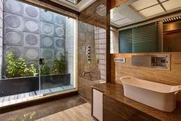 Apartment at Tirupur: modern Bathroom by Cubism