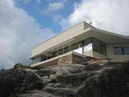 Alzado sureste: Casas de estilo moderno de MIGUEL VARELA DE UGARTE, ARQUITECTO