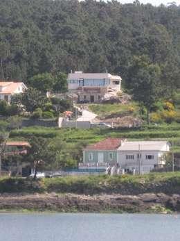 Vista desde la playa: Casas de estilo moderno de MIGUEL VARELA DE UGARTE, ARQUITECTO