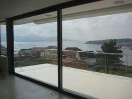 Vista de la ensenada desde la sala de estar: Salones de estilo moderno de MIGUEL VARELA DE UGARTE, ARQUITECTO