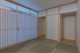 رہنے کا کمرہ  by 家山真建築研究室 Makoto Ieyama Architect Office