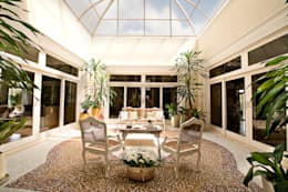 Jardines de invierno de estilo clásico por Two Design