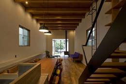 Salas / recibidores de estilo  por 浦瀬建築設計事務所
