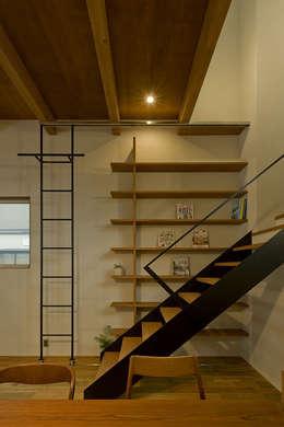 Pasillos y vestíbulos de estilo  por 浦瀬建築設計事務所