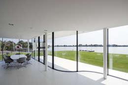 Eetkamer:  Terras door Lab32 architecten