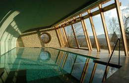 landelijk Zwembad door em Architekten GmbH