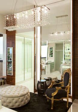Closets de estilo moderno por daniela andrade arquitetura