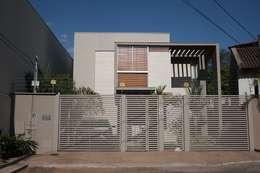 Fachada principal da Casa L: Casas modernas por FAGM Arquitetos