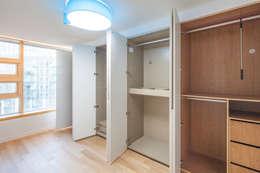 Vestidores y closets de estilo minimalista por 수상건축