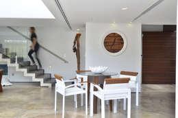 A CASA AZUL: Corredores e halls de entrada  por HECHER YLLANA ARQUITETOS