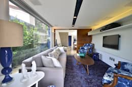 A CASA AZUL: Salas de estar modernas por HECHER YLLANA ARQUITETOS