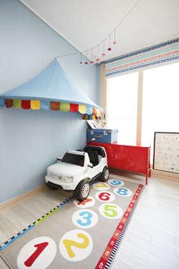 Projekty,  Pokój dziecięcy zaprojektowane przez DESIGNSTUDIO LIM_디자인스튜디오 림