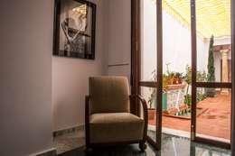 Salas de estilo clásico por R22 ARQUITECTES. Pere Joan Pons