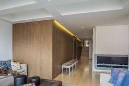 Couloir et hall d'entrée de style  par AMR ARQUITECTOS