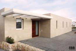 Casas de estilo moderno por iibbarquitectes