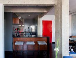 Cocinas de estilo moderno por Tria Arquitetura