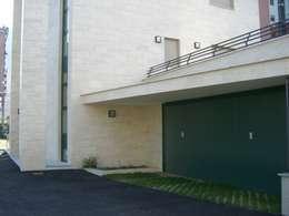 Garajes de estilo moderno por Studio Perotta