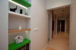 Dekoracyjne podświetlone półki: styl , w kategorii Korytarz, przedpokój zaprojektowany przez ZAWICKA-ID Projektowanie wnętrz