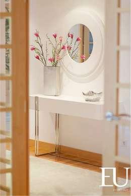 Pasillos, vestíbulos y escaleras de estilo  por EU INTERIORES