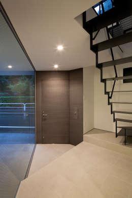 玄関: 有限会社角倉剛建築設計事務所が手掛けた廊下 & 玄関です。