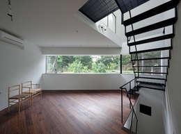 リビング: 有限会社角倉剛建築設計事務所が手掛けたリビングです。