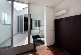 テラス: 有限会社角倉剛建築設計事務所が手掛けたベランダです。