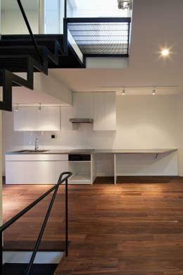 キッチン: 有限会社角倉剛建築設計事務所が手掛けたキッチンです。