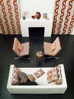 SEVENTIES LARSEN: Soggiorno in stile in stile Moderno di Emporio del Tessuto