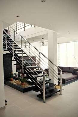 Proyectos Residenciales: Pasillos y vestíbulos de estilo  por MORAND ARQUITECTURA