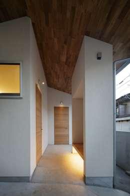 Couloir et hall d'entrée de style  par アトリエ スピノザ