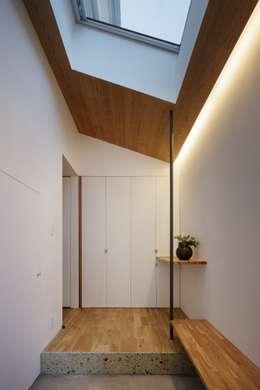 Pasillos, vestíbulos y escaleras de estilo escandinavo de アトリエ スピノザ