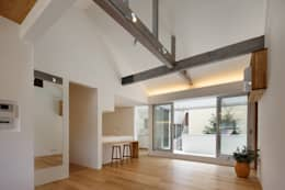 Salones de estilo minimalista de アトリエ スピノザ