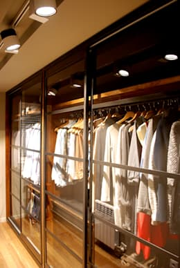 Vestidores y closets de estilo moderno por OutSide BCN LED Lighting