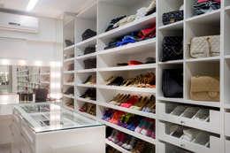 Closet Sra.: Closets modernos por Karla Silva Designer de Interiores