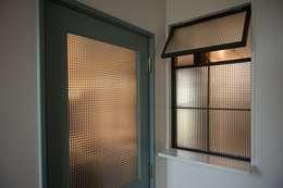 house_in_nishiyama: タイラ ヤスヒロ建築設計事務所/taira yasuhiro architect & associatesが手掛けた窓&ドアです。