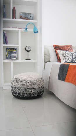 Cama rebatible + biblioteca: Dormitorios de estilo minimalista por MINBAI