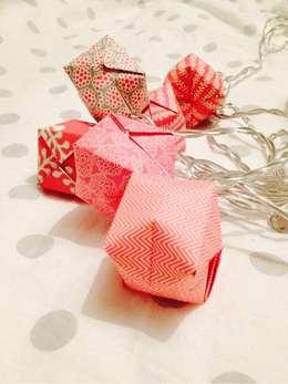 Guirlande en origami rouge, blanche et or ! So cute: Chambre de style de style Scandinave par Suite Créative